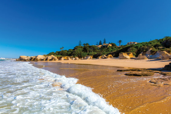 vue sur villa depuis le bord de la mer sur la plage