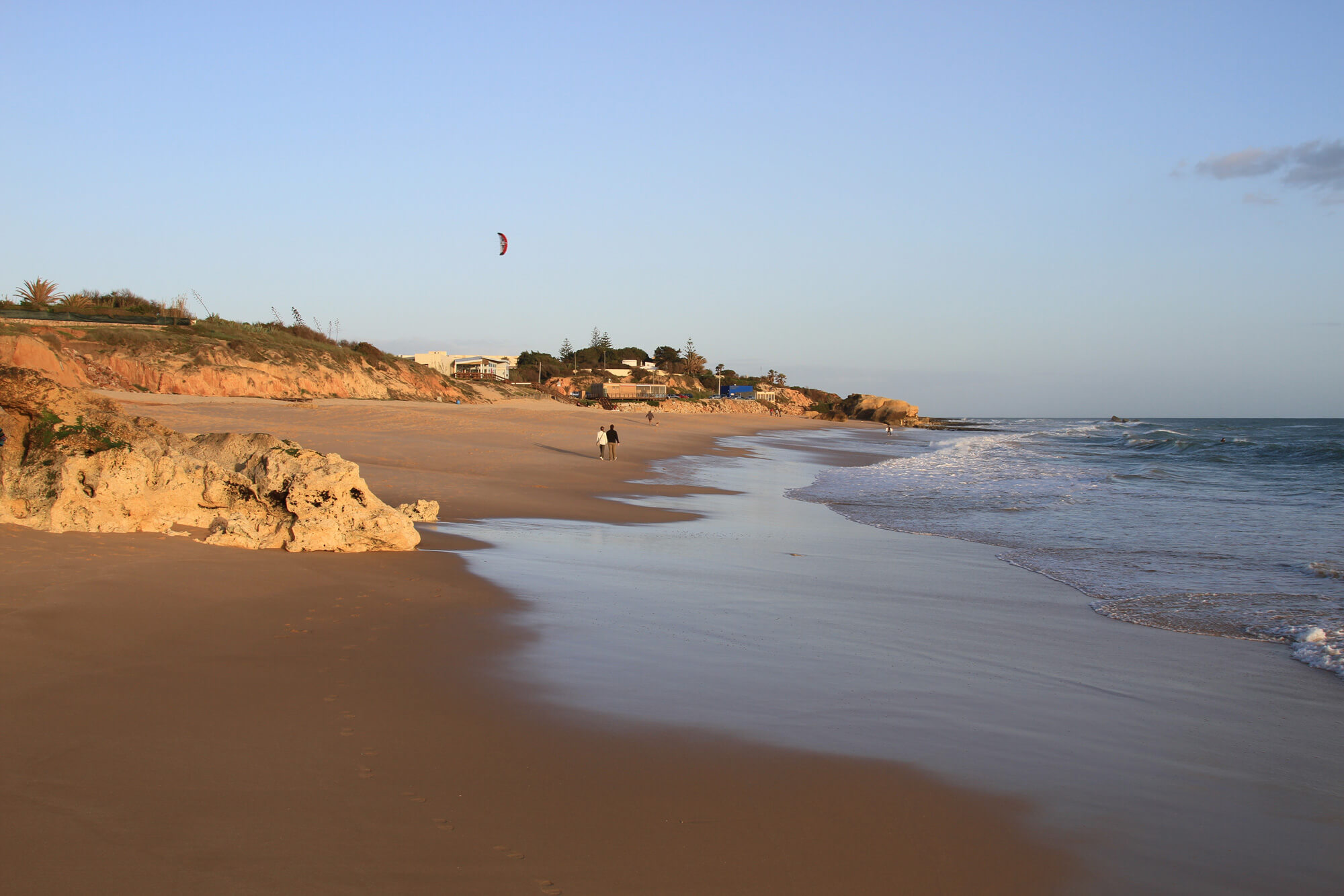 Des personnes sur la plage au bord des vagues