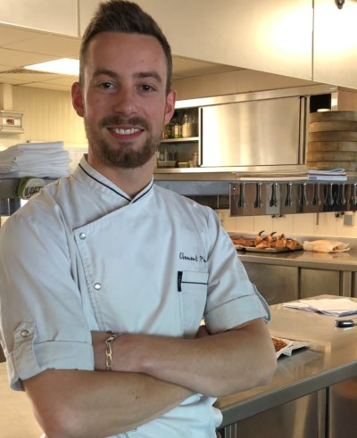 Portrait américain, chef dans sa cuisine en veste blanche