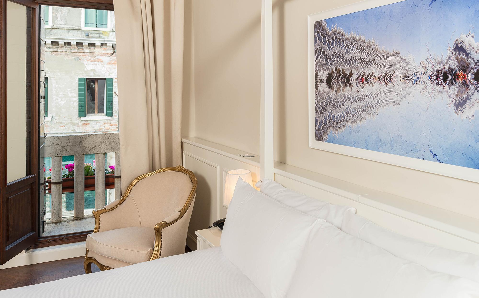 Chambre avec balcon et fauteuil