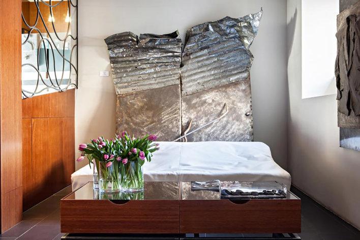 Chambre tête de lit contemporaine et bouquet de tulipes en bout de lit