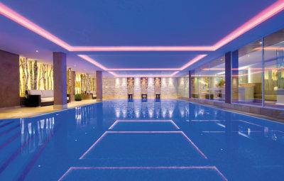 Grande piscine intérieure détail bandes roses au plafond