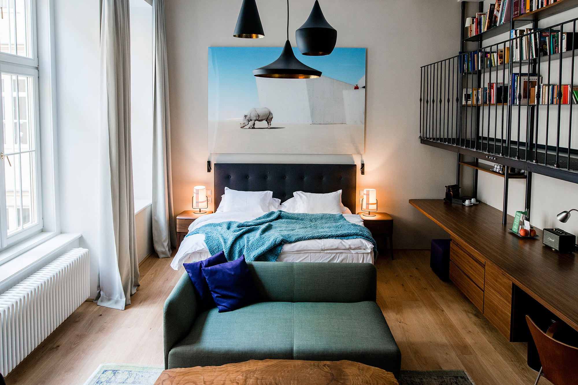 Chambre design, parquet marron, linge de ligne blanc et bleuc, suspensions modernes