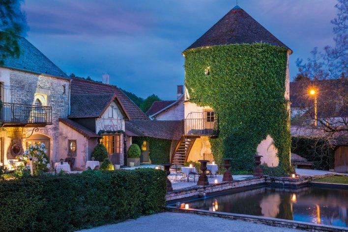 Façade château avec piscine, vue de nuit
