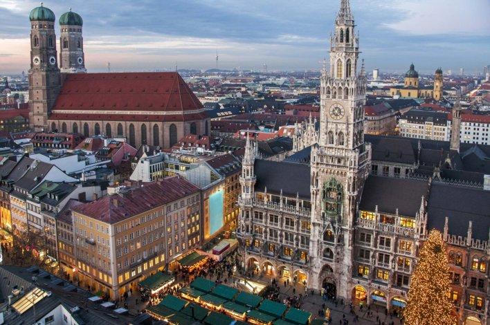 Photo aérienne de l'Hôtel de ville et l'église Frauenkirche de Munich