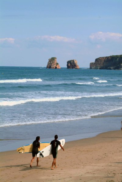 Surfeur avec leur planche sur une plage