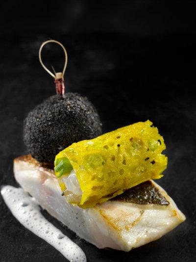 Plat de poisson, fond noir et tube dentelle jaune