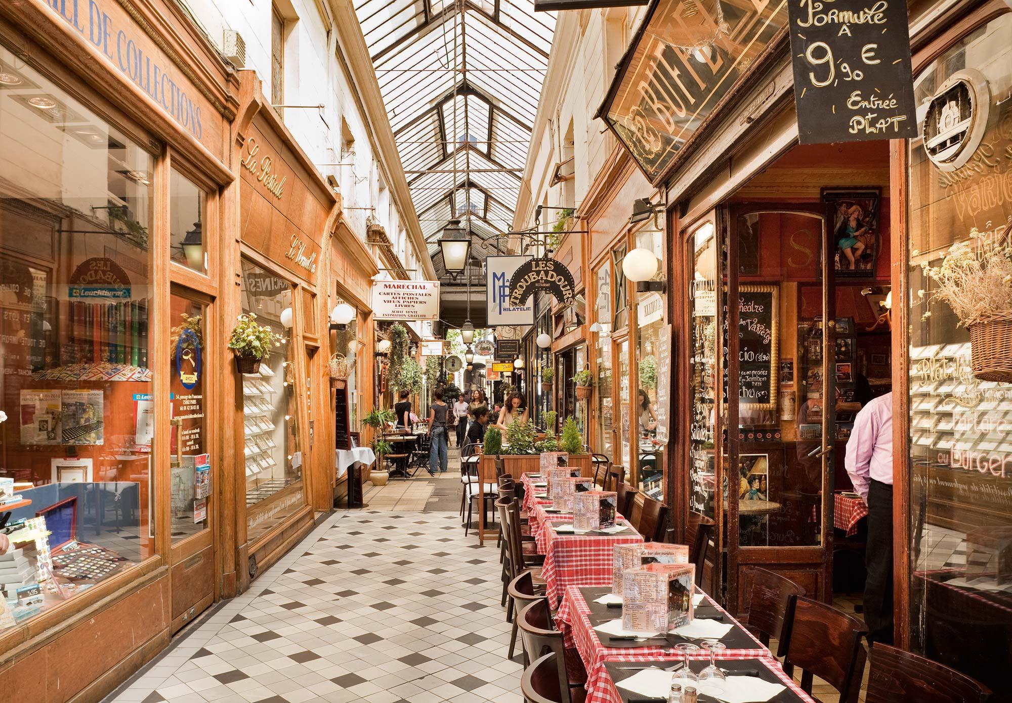 Paris dans les pas de…