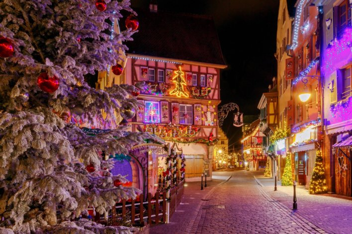 Ruelle avec demeure à colombages et décorées aux couleurs de Noël