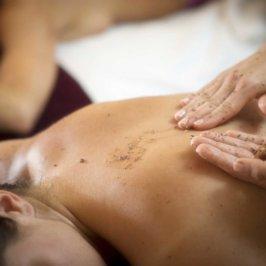 Séance d'un gommage du dos sur un banc de massage