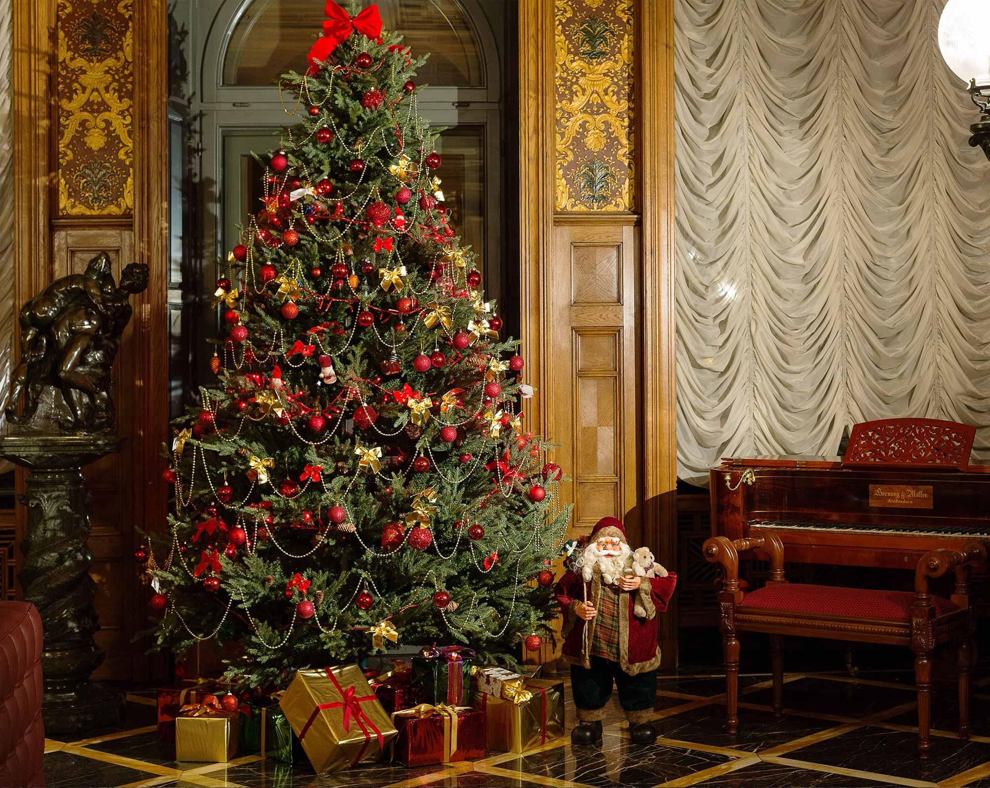 Arbre de Noël et figurine du Père Noël