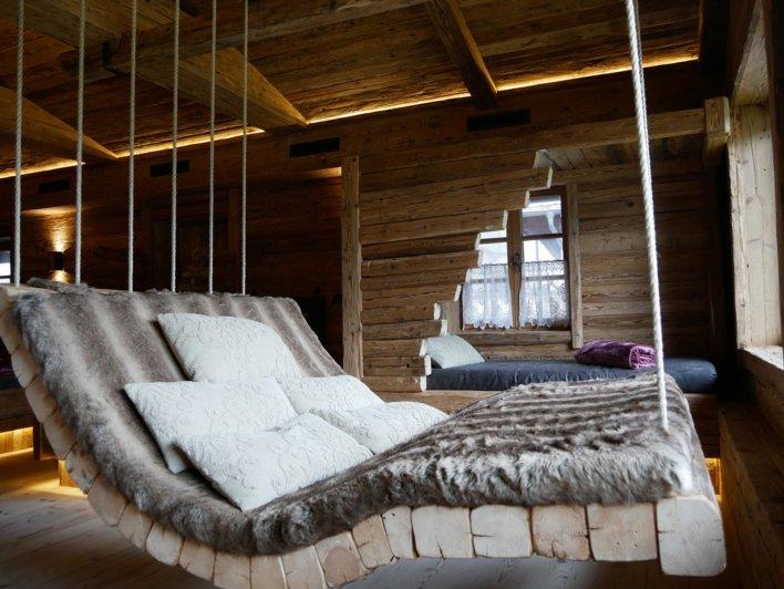 Balancelle intérieure en bois recouverte d'une couverture en fausse fourrure