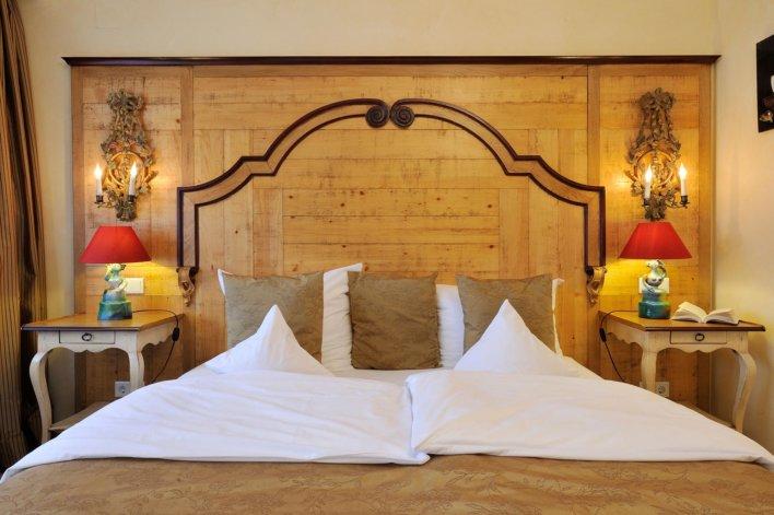Chambre ambiance chalet, tête de lit en bois et table de chevet en bois