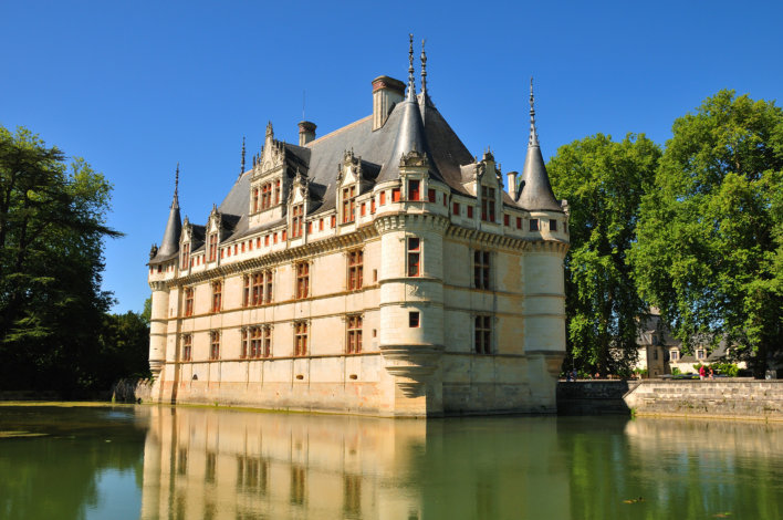 Château sur la Loire, toit en ardoise bleu et façade blanche avec une vingtaine de fenêtres