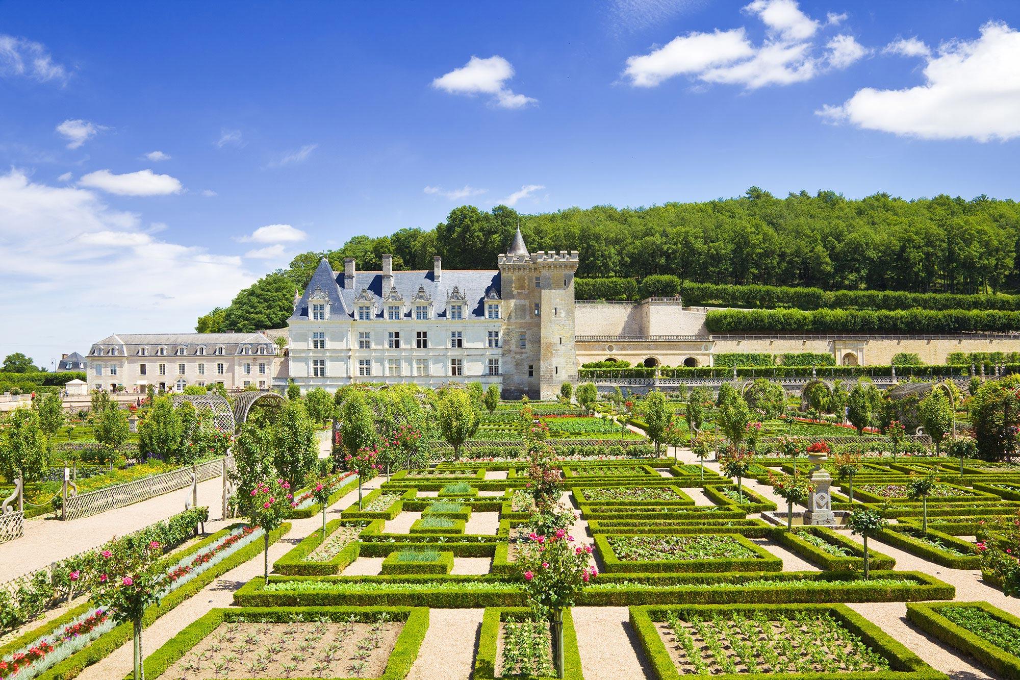 Jardin à la française avec château en arrière plan
