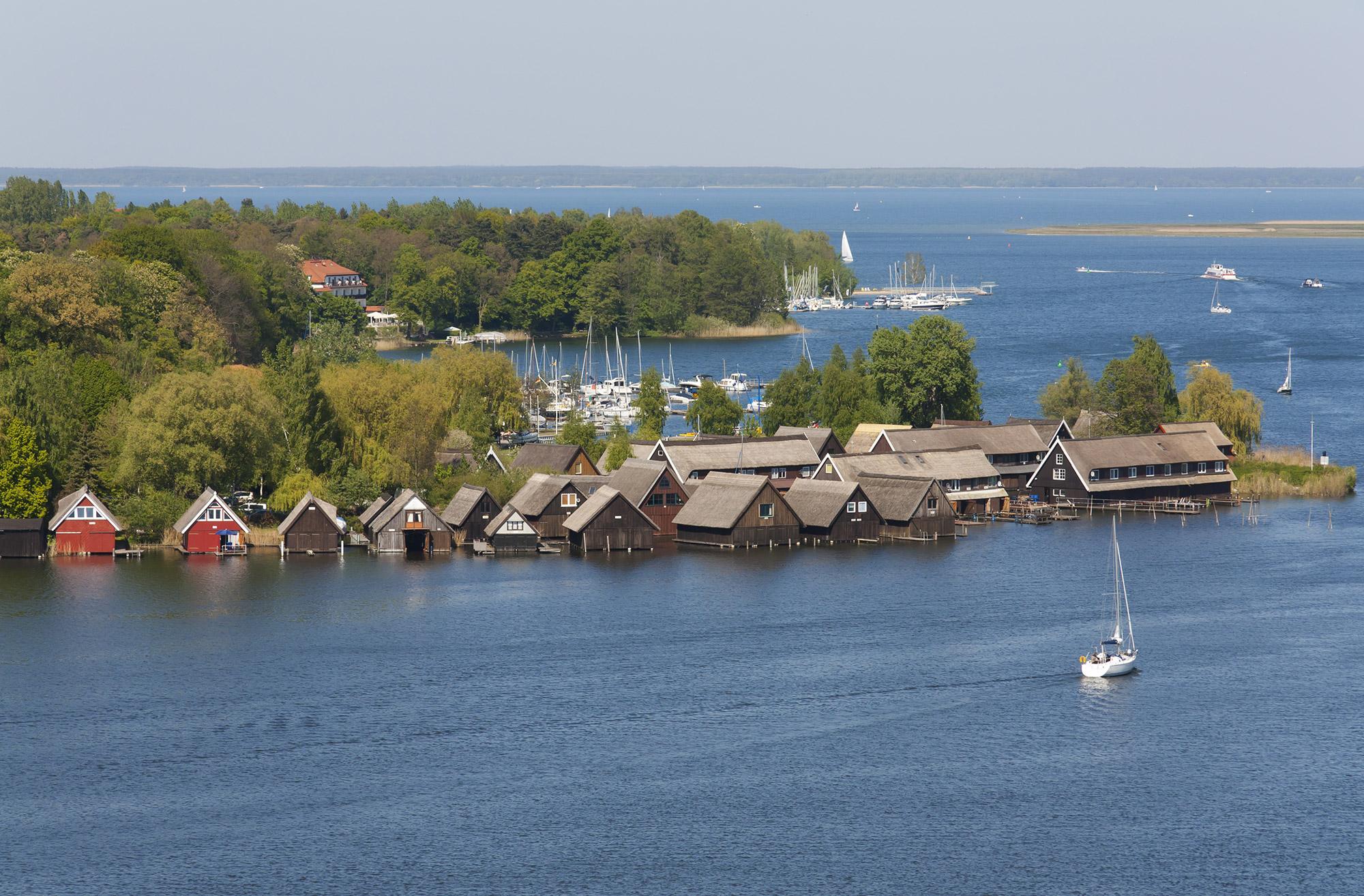 Hangars à bateaux en bord de lac