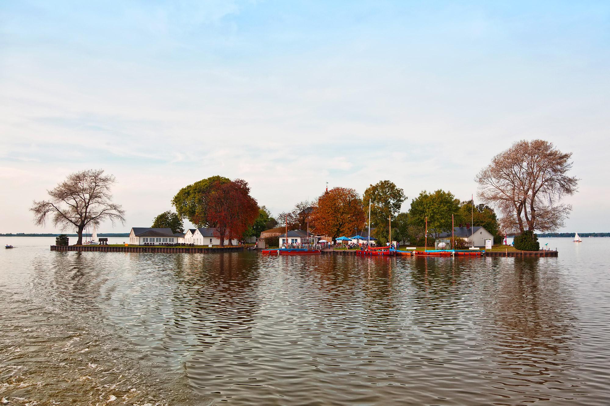 Île artificielle sur un lac