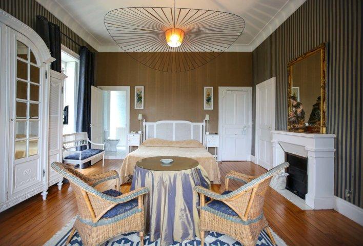 Chambre lit double et meuble en bois blanc