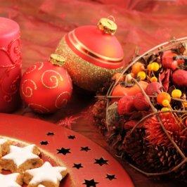 Petit gâteau en forme d'étoile et décoration de Noël