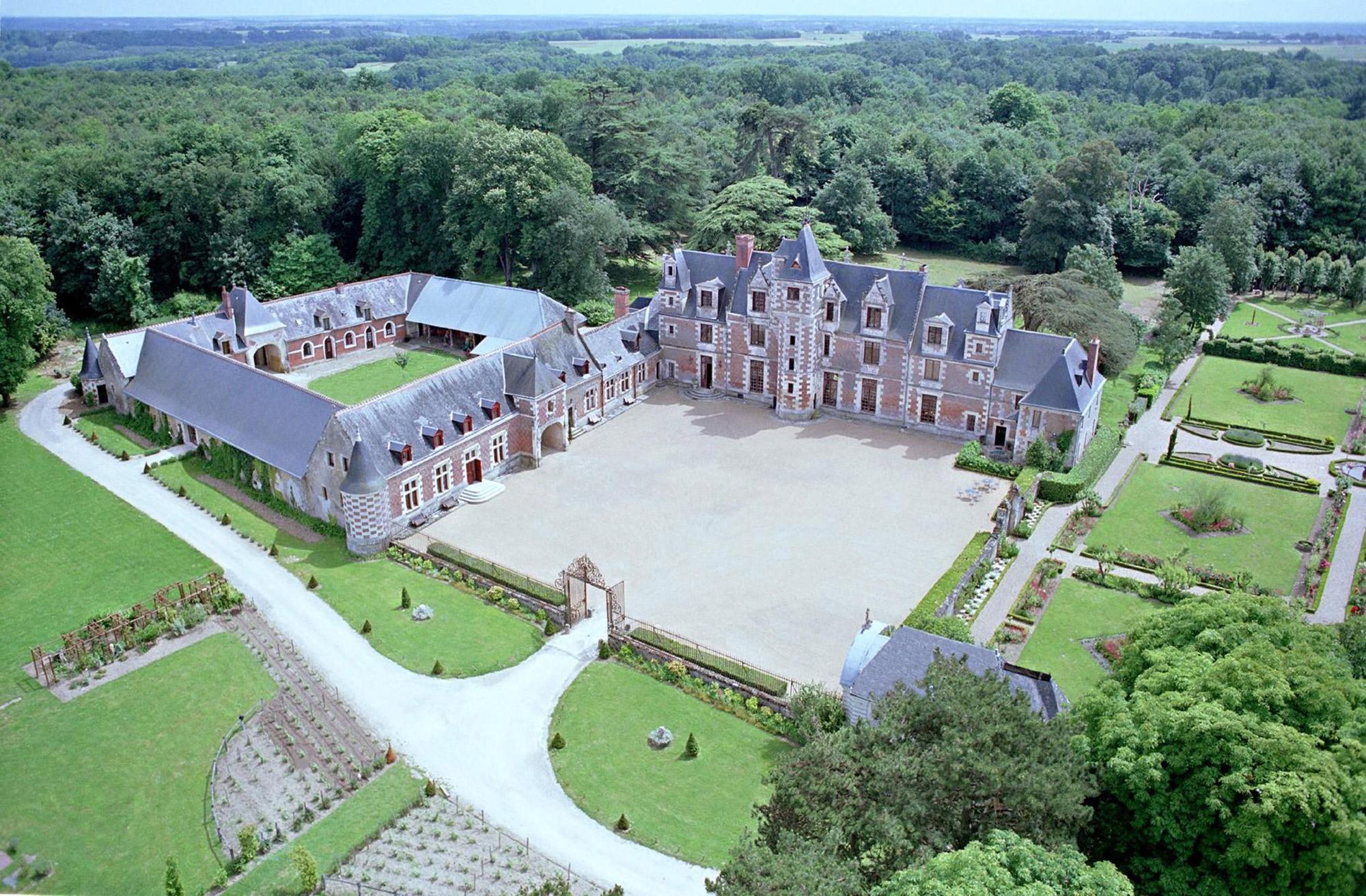 Vue aérienne d'un château et ses grands jardins