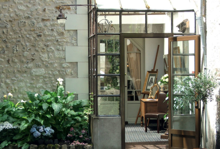 Veranda ouverte, élément de décoration avec chevalet et tableau, fleurs extérieures