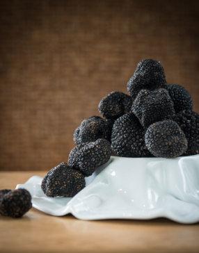 Détails sur plusieurs truffes dans une assiette