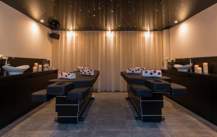Salle de soin duo, deux banc de massage et deux espaces de travail pour praticiennes