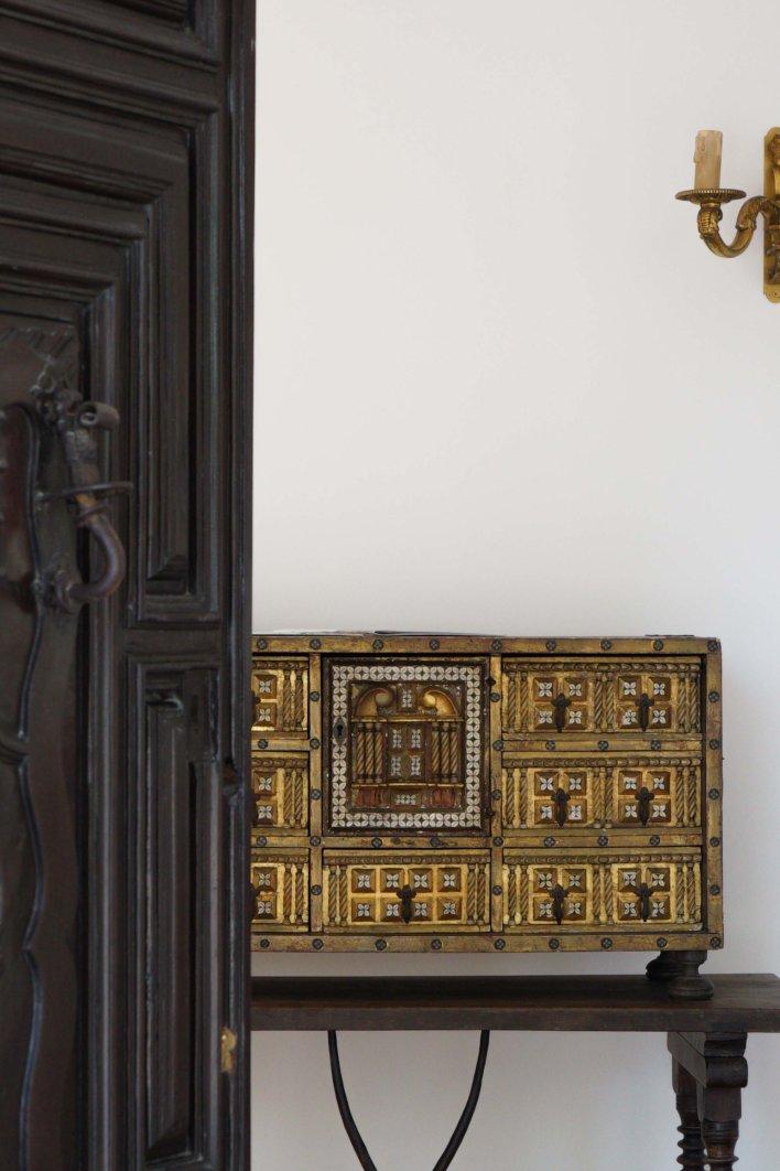Coffre doré, porte en bois brun