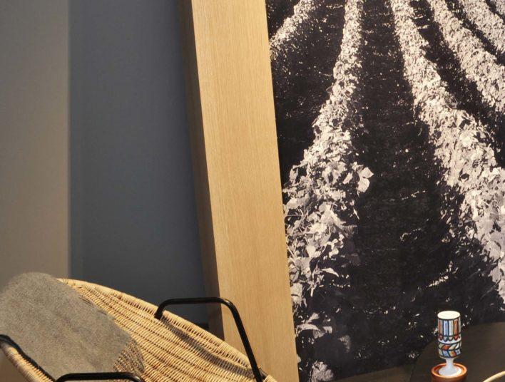 Fauteil, tapis en jonc de mer, grand tableau avec photo noir et blanc de champs de vignes
