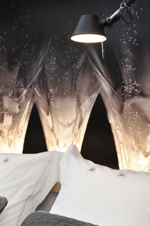 Tête de lit oreillé blanc et papier peint impression champagne