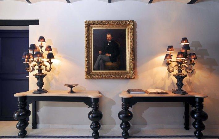 Table et lustres plusieurs ampoules et grand tableau au milieu