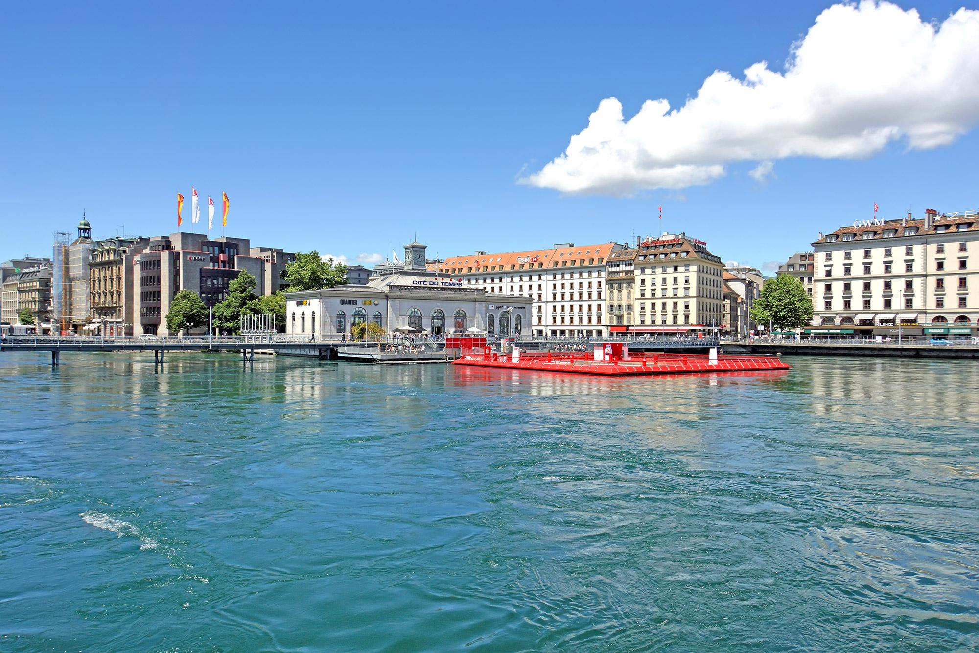 Bâtiment sur l'eau avec plateforme rouge
