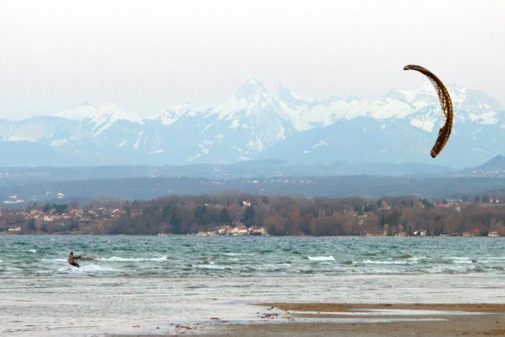 Kitsurfer sur un lac