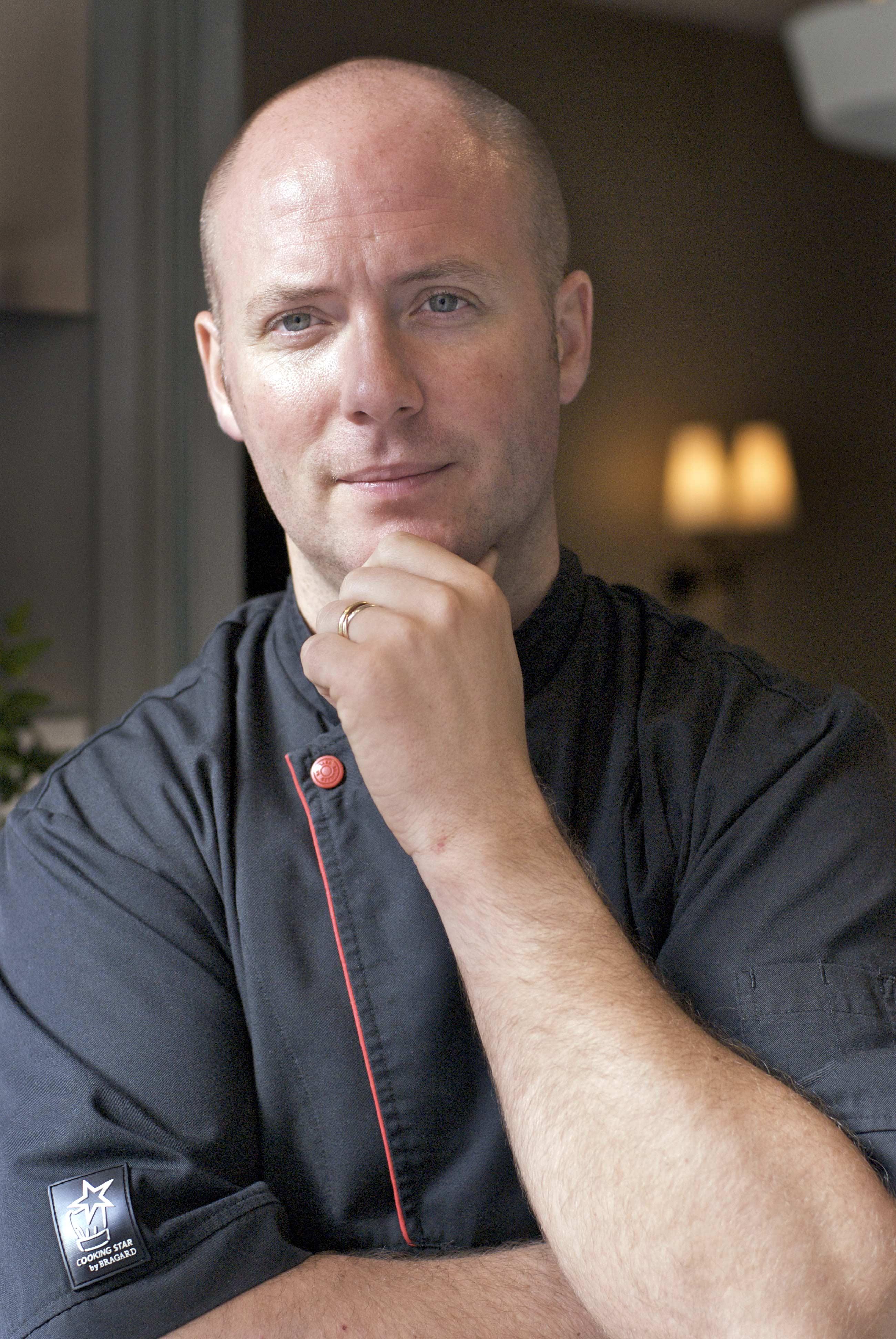 Chef en veste de cuisinier noir, portrait américain