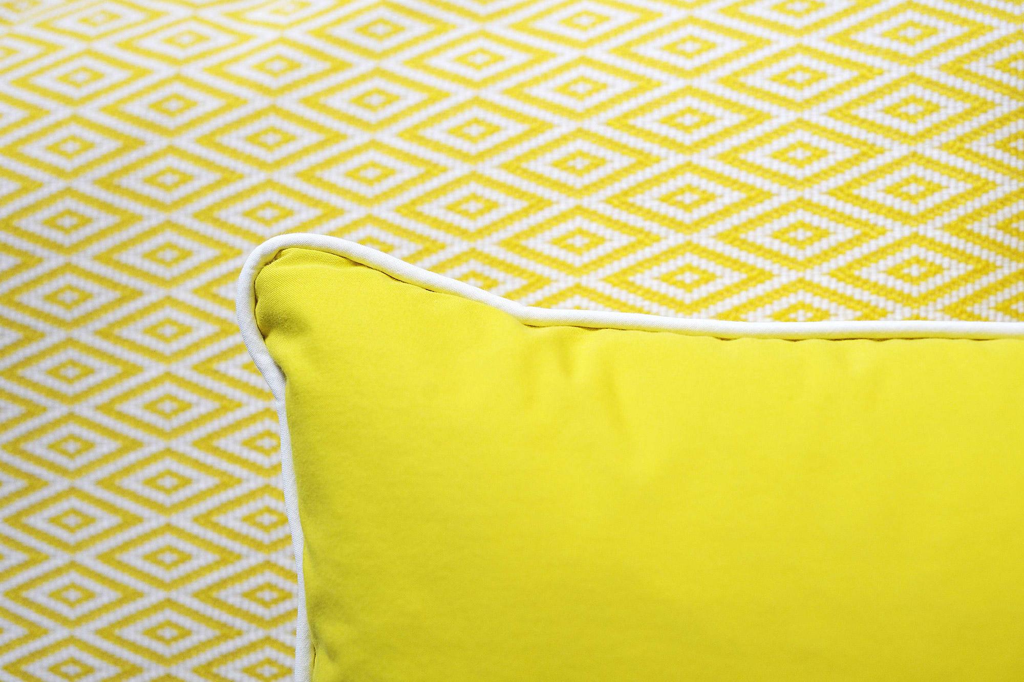 Coussin jaune et papier peint jaune graphique