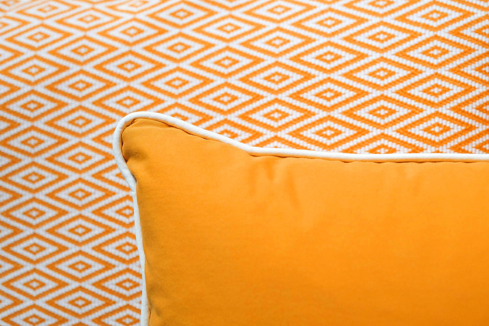 Coussin orange et papier peint orange graphique