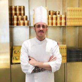 Plan américain d'un chef en veste de cuisinier et toque blanche