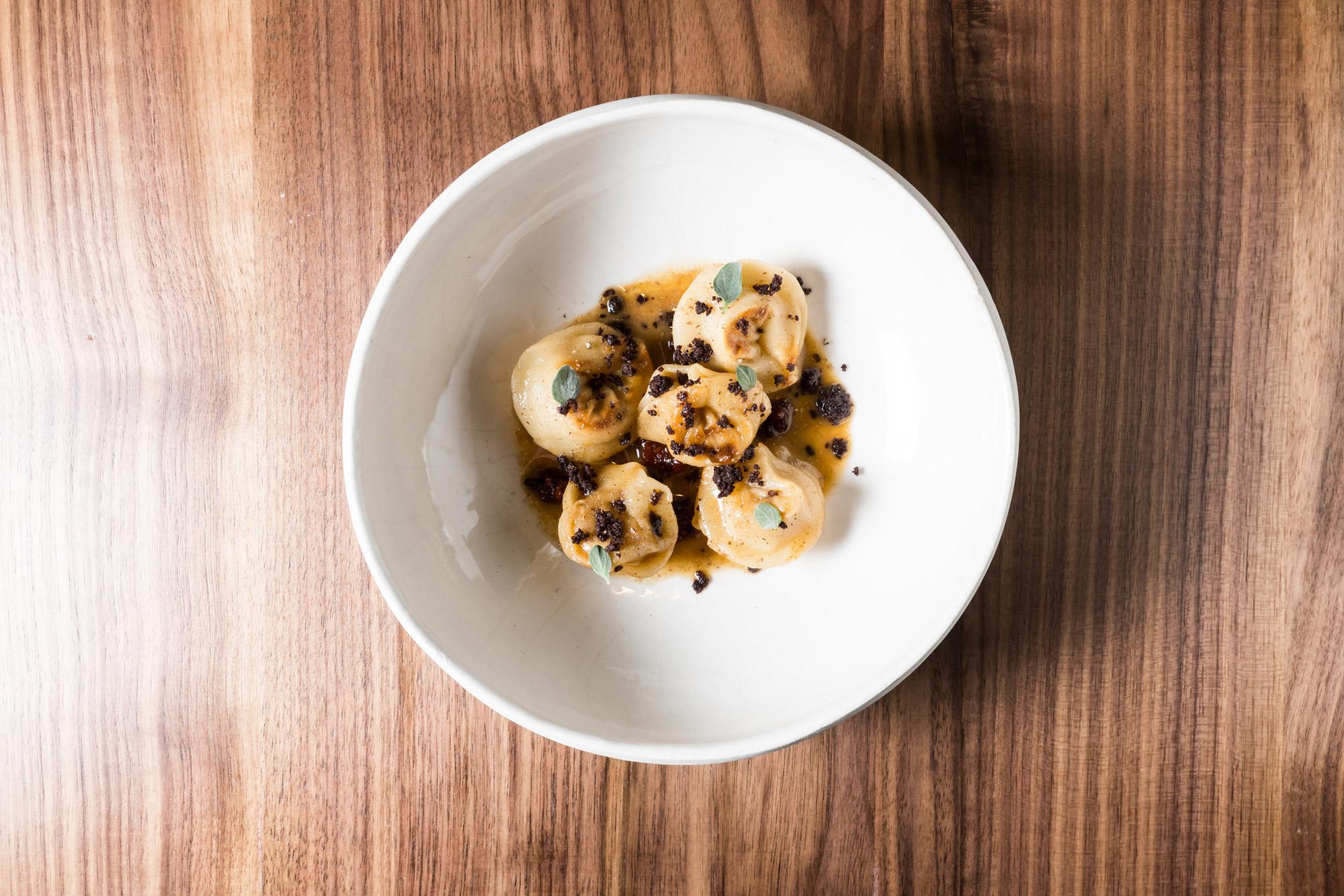 5 raviolis dans une assiette creuse blanche