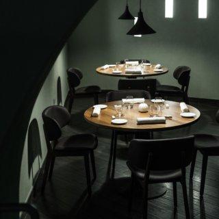 Salle de restaurant, deux tables dressées, décoration verte bouteille