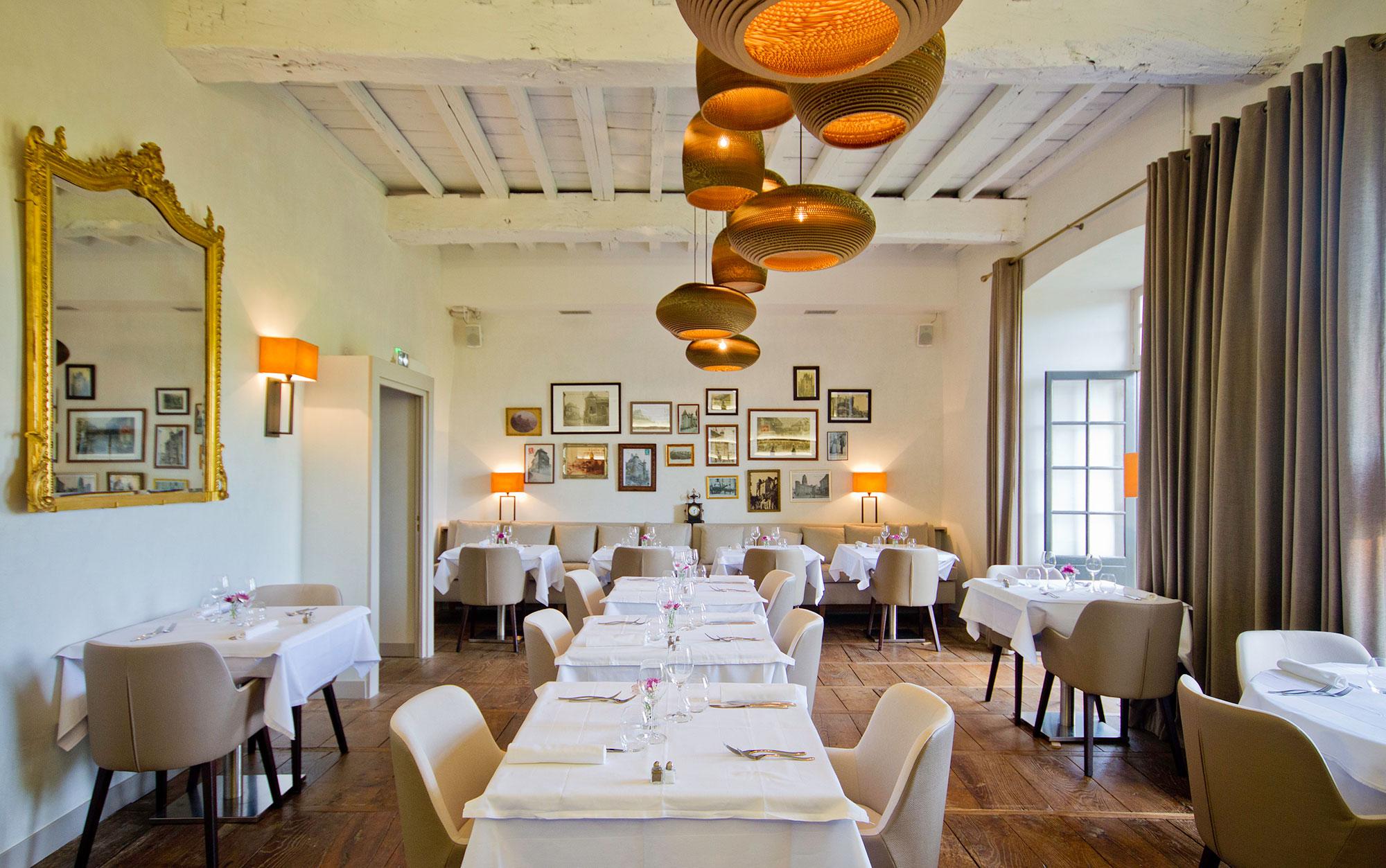 salle de restaurant et grande tablée avec abats-jour asymétriques