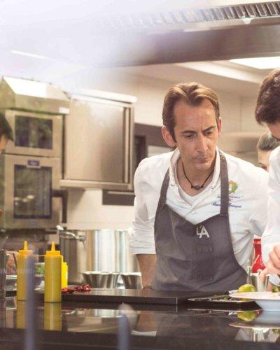 Photo portrait d'un chef dans sa cuisine