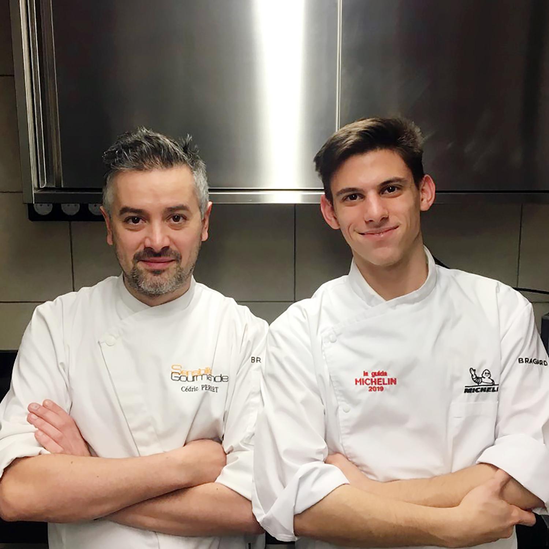 Photo plan américain de deux chefs en veste de cuisiniers, arrière plan cuisine