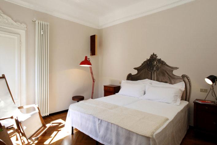 Belle chambre avec un lit double du Bonaparte Suite