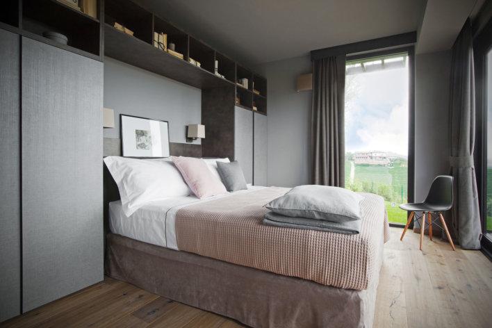 Belle chambre double lumineuse avec une décoration gris moderne et ne fenêtre qui donne une belle vue sur l'extérieur