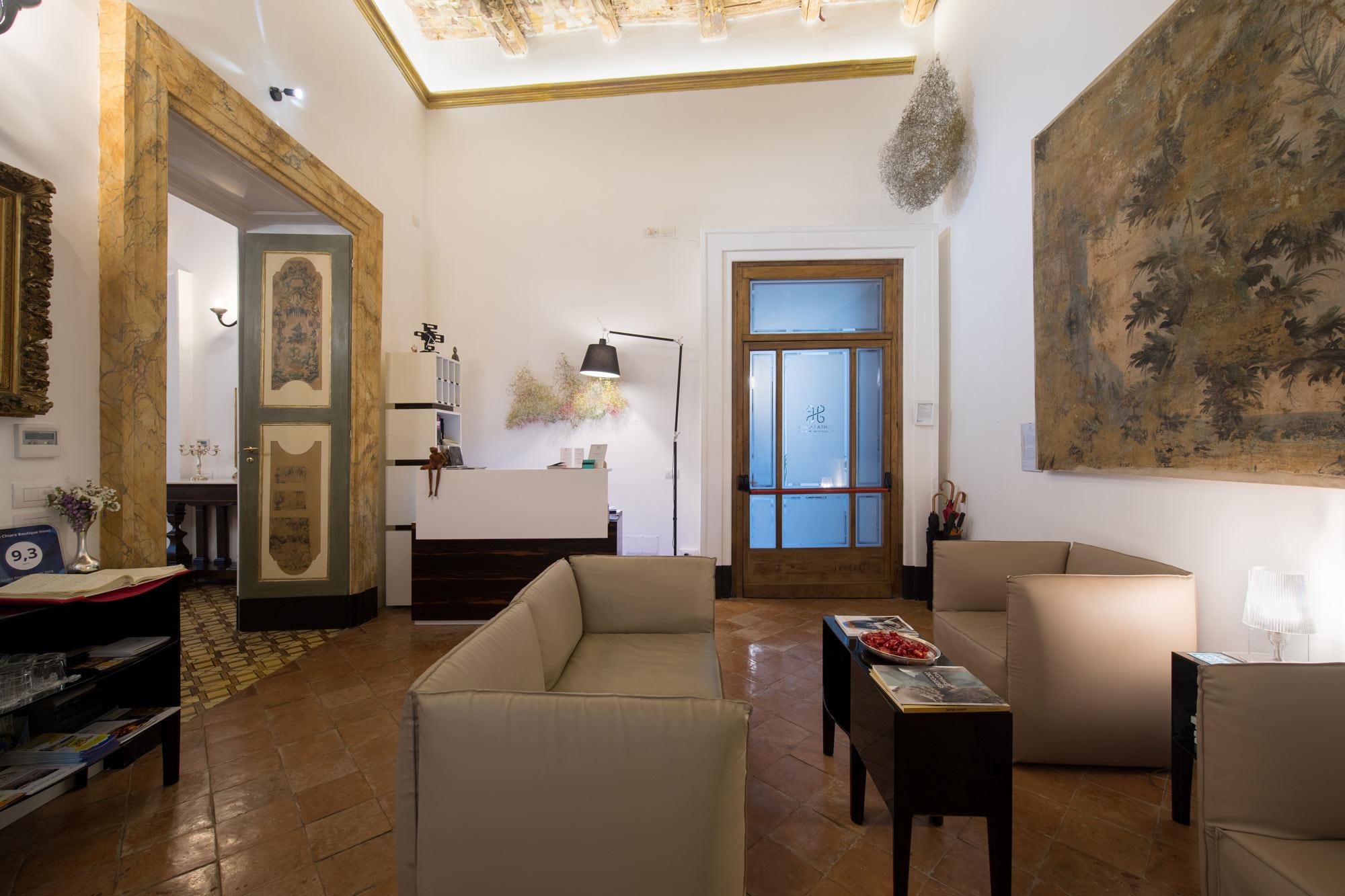 Hall avec deux canapés une table basse de l'hôtel Santa Chiara Boutique