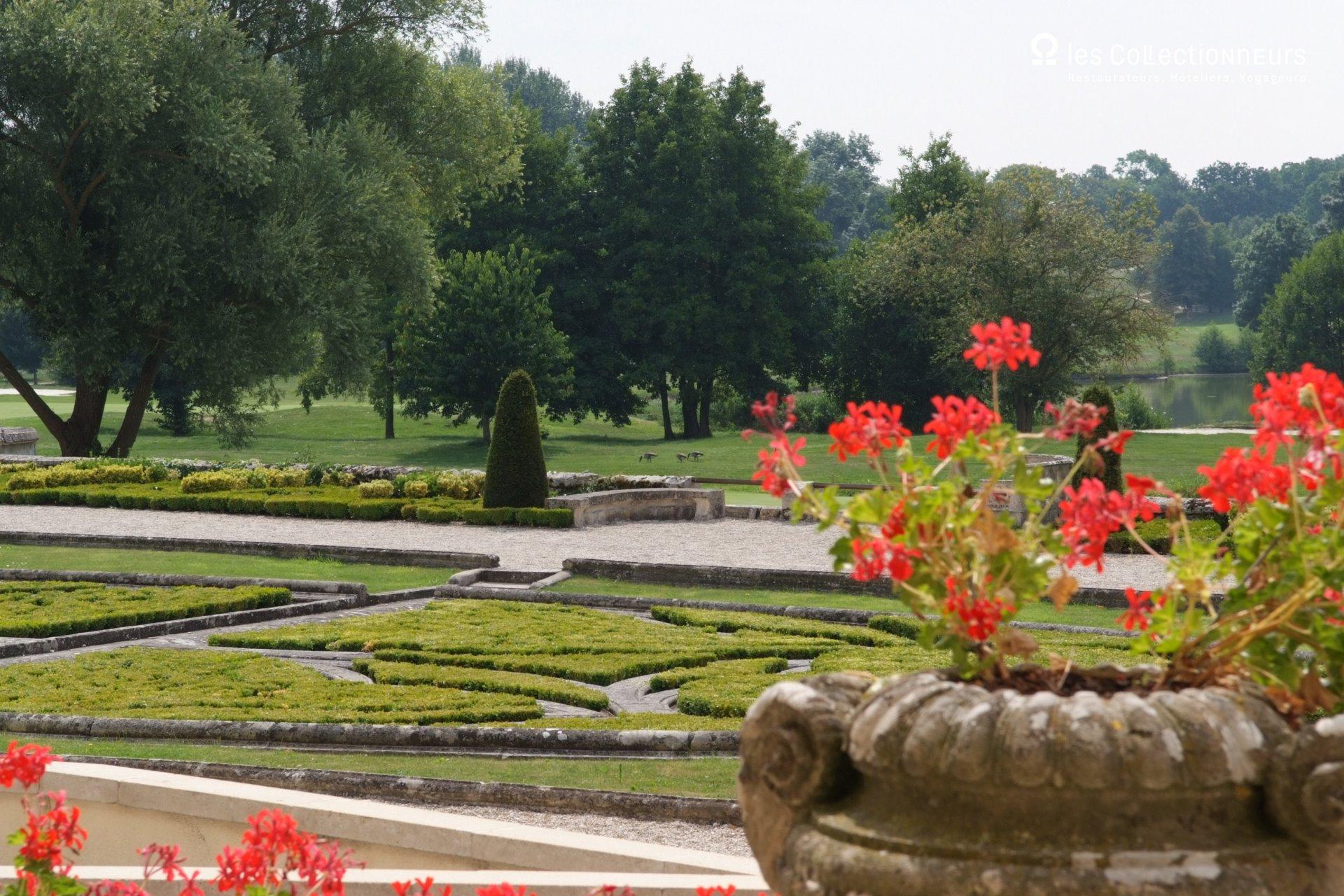 Cour du arborée dans un style jardin à la française