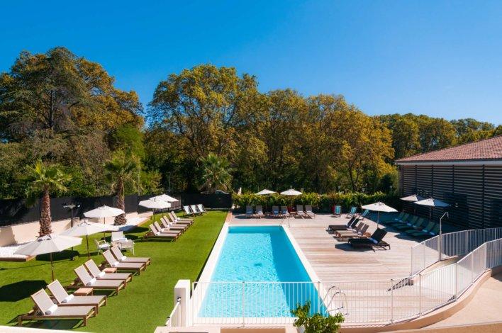 Espace détente avec une piscine extérieur et des transats