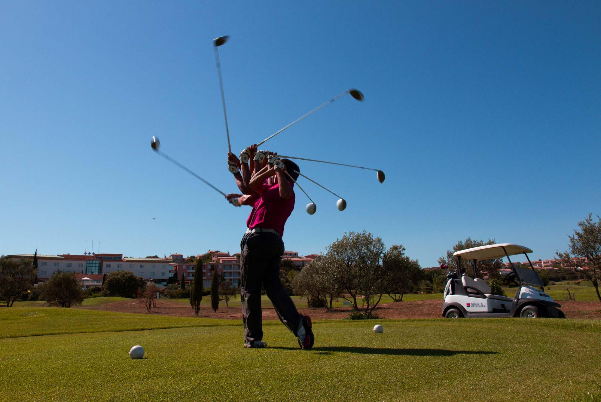 Un homme pris au ralenti en train de frapper avec club sur une balle de golf