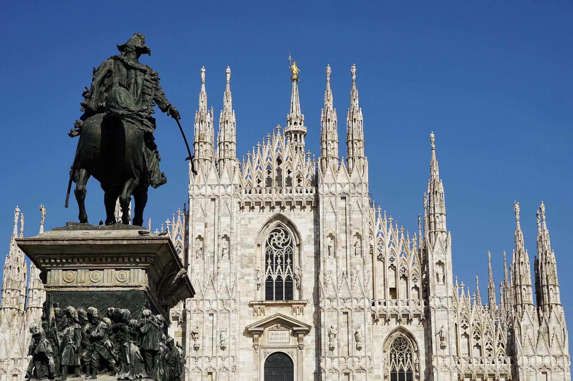 Photo du haut de la cathédrale de Milan prise de loin en plein jour