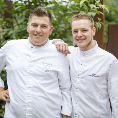 Photo de deux chefs en veste de cuisine blanche